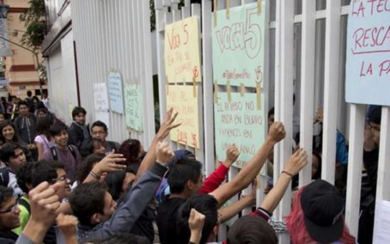 Mexique: une manifestation de solidarité aux étudiants disparus violemment réprimée