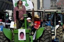 Des paysans défilent avec leurs tracteurs à Mexico pour les 43 étudiants disparus