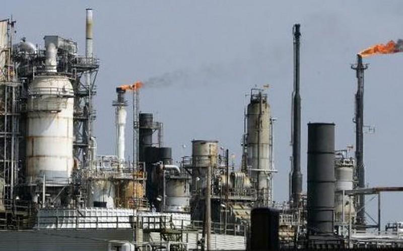 La grève continue; Les employés syndiqués de trois raffineries américaines réclament des conditions de travail plus sûres