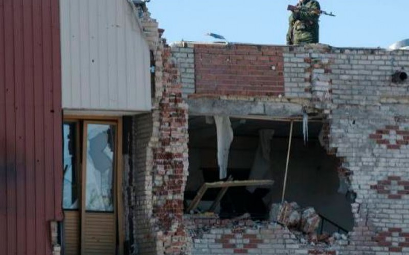 Les combats continuent dans l'est de l'Ukraine malgré la trêve