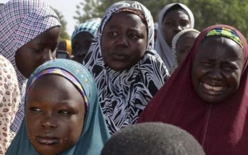 Un an après l'enlèvement de plus de 200 lycéennes, le Nigeria reste mobilisé (vidéo))