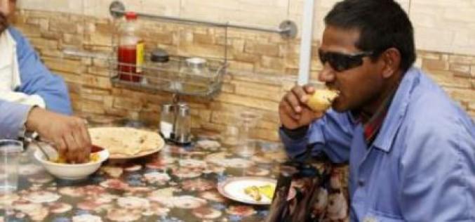 Au Qatar, un restaurant tenu par des Indiens sert gratuitement les ouvriers étrangers