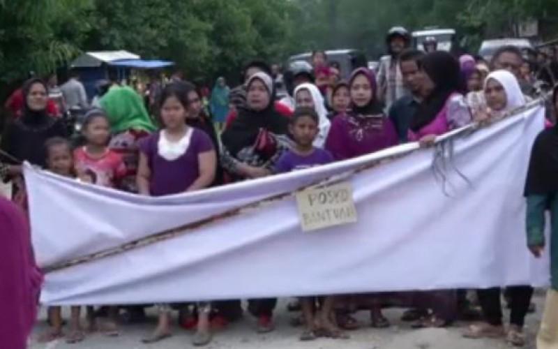 Indonésie: les habitants affluent pour aider les migrants (vidéo)