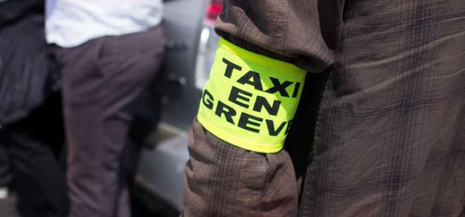 A Paris, les taxis en grève bloquent le périphérique ouest et Roissy