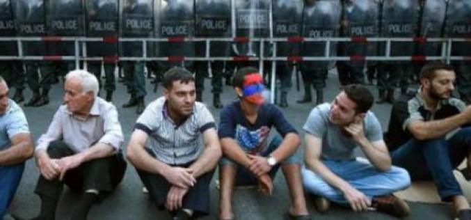 Arménie: dix mille manifestants contre la forte hausse du prix de l'électricité, la police menace d'intervenir