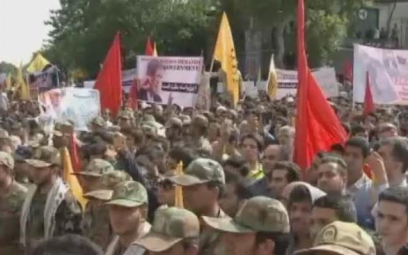 Des ''martyrs'' de la guerre Iran-Irak enterrés à Téhéran en présence d'une foule immense