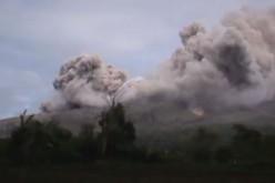 Indonésie : nouvelle éruption volcanique du Sinabung, des milliers de personnes évacuées (vidéo)