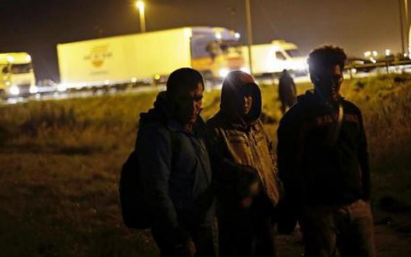 Plus de 2 000 migrants ont tenté d'envahir le site du tunnel sous la Manche, une tentative risquée