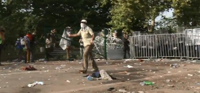 Heurts entre policiers et réfugiés à la frontière serbo-hongroise  (#vidéo)