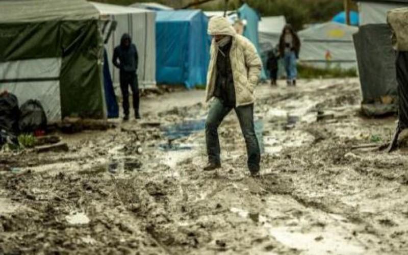 """Douches trop rares, toilettes débordées… Les conditions de vie toujours plus dégradées dans la """"jungle"""" de Calais"""