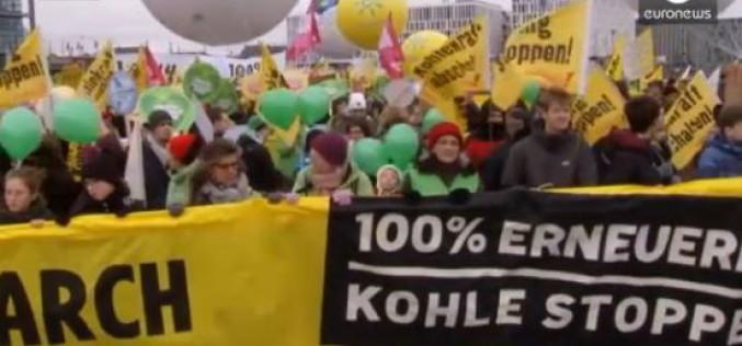 COP21: Des dizaines de milliers de militants écolos défilent dans toute l'Europe