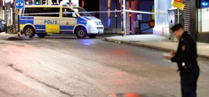 Suède : des dizaines d'hommes masqués attaquent des migrants à Stockholm