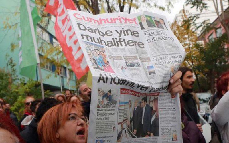 La Turquie: rassemblement en soutien au journal d'opposition turc Cumhuriyet