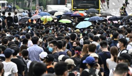 Hong Kong : Les manifestants provoquent le report de l'examen d'un projet de loi controversé