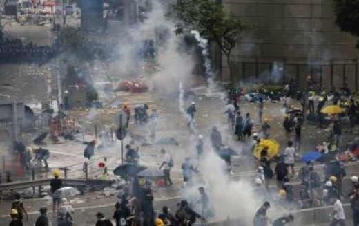 """""""Les violences policières continuent d'augmenter à Hong Kong et c'est la faute du Royaume-Uni qui a vendu pour presque 10 millions d'euros d'armes aux autorités hongkongaises depuis 2015 encourageant la répression contre les manifestants!"""""""