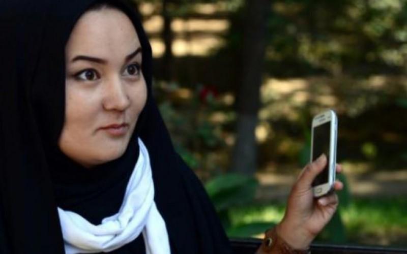 Une jeune Afghane filme l'offensive de charme des talibans en caméra cachée