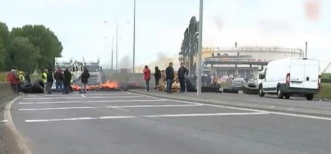 Grèves en France : trafic des trains perturbé, routes bloquées